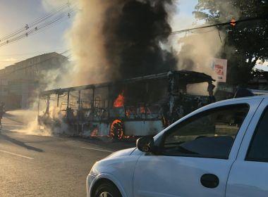 Ônibus é incendiado na Avenida Paralela, na altura do bairro da Paz