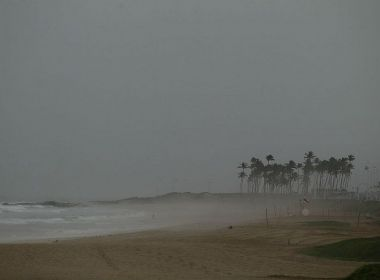 Ciclone ganha velocidade e se aproxima da Bahia; efeitos podem ser sentidos até terça