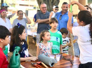 Crianças plantam 40 mudas de árvores na Praça Aristides Fraga em Salvador