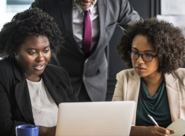 Mulheres negras ganham 55% do salário pago a homens brancos, aponta estudo