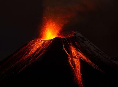 Vulcão entra em erupção no Equador; cinzas atingem 5 mil metros de altura