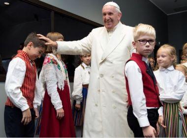 Papa faz apelo para que fiéis deixem seus celulares e conversem durante as refeições