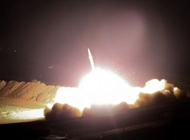 Base militar dos EUA no Iraque é alvo de bombardeio iraniano