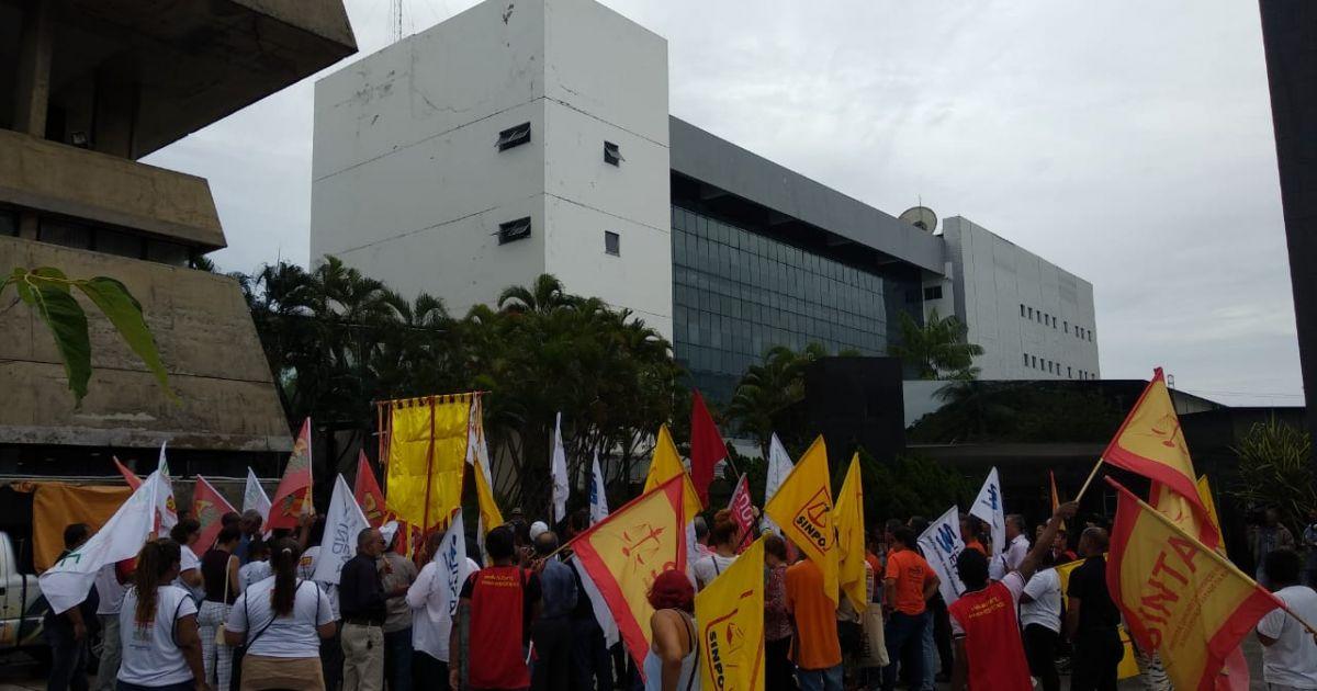 Resultado de imagem para Servidores protestam contra reforma da Previdência de Rui Costa na frente da AL-BA