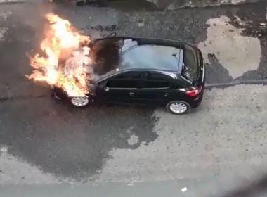 Carro estacionado pega fogo no bairro da Pituba