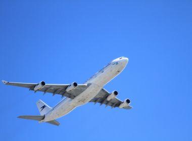 Avião fretado pelos EUA com 80 brasileiros deportados chega a BH