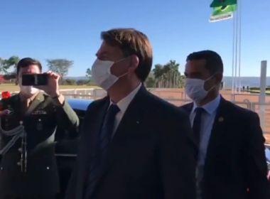 De máscara, Bolsonaro justifica aumento nos gastos do cartão corporativo