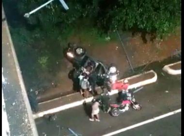 Carro com duas pessoas cai de viaduto em Salvador; vítimas são levadas a hospital