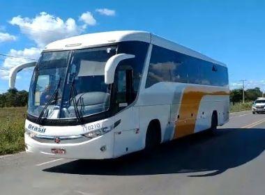 Ônibus de Goiás é impedido de parar em cidades baianas e retorna a município de origem