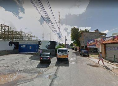 Homem é encontrado morto em rua na Federação com marcas de faca e espancamento