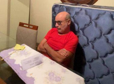 Foto mostra Fabrício Queiroz no momento de sua prisão em Atibaia