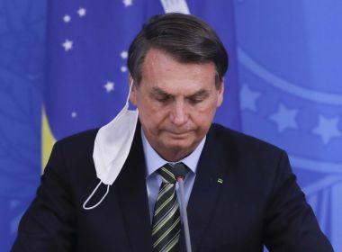 Bolsonaro dizia que máscara é 'coisa de v.' na frente de visitas, afirma coluna