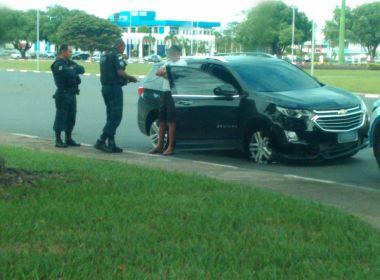 Homem de 68 anos é flagrado em carro com apenas dois pneus: 'Pressa para compromisso'