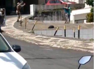 Suspeito foge após roubos na Pituba e faz refém no Rio Vermelho; veja vídeo