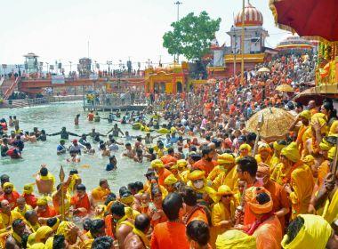 Mais de 13 mi de devotos se aglomeram em festival hindu na Índia em meio a pandemia