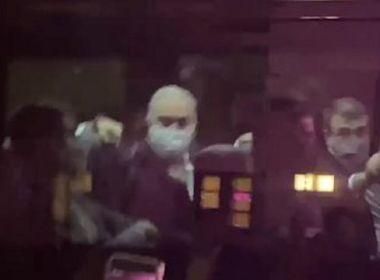 Ministro da Saúde mostra dedo do meio para manifestantes em Nova York; veja vídeo