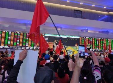 Movimentos sociais ocupam Bolsa de Valores em protesto contra desemprego e inflação