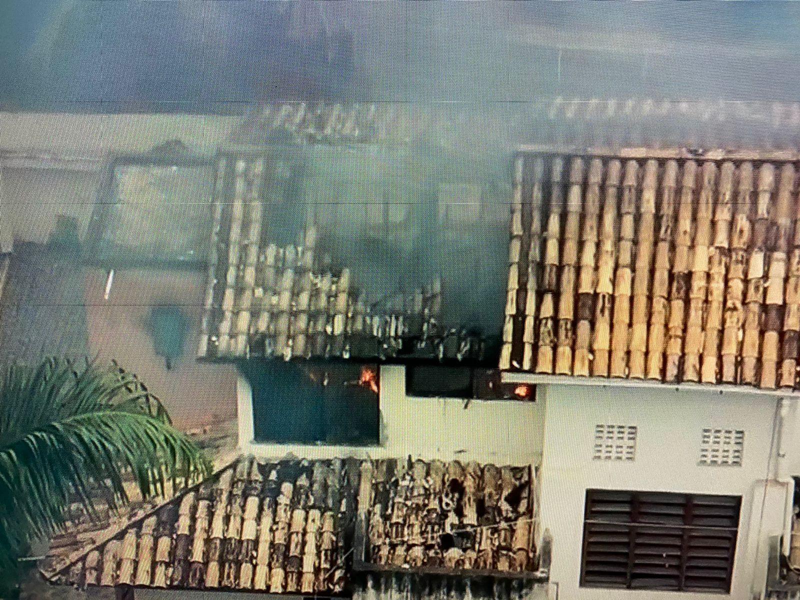 Casa é destruída pelo fogo no Jardim Armação, em Salvador