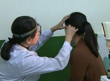 Mulher na China é diagnosticada com perda auditiva que a impede de escutar apenas homens