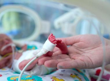 Bebês prematuros têm mais dificuldade em vida amorosa quando adultos, diz estudo