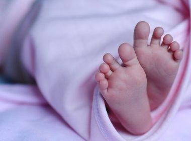 Bebê nasce sem rosto e parte do crânio e gera escândalo por negligência médica; entenda