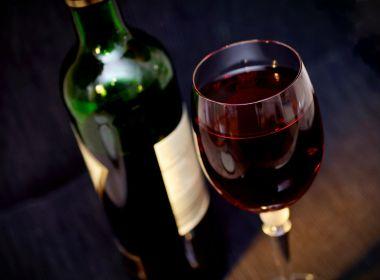 Consumo de bebidas alcoólicas e sintomas de depressão cresceram na pandemia, diz estudo